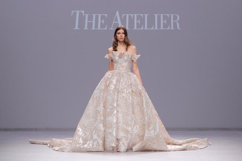 a021bc217b The Atelier abriu o desfile de apresentação de sua coleção 2020 com um  modelo de vestido de festa que poderia ter saído de um conto de fadas ...