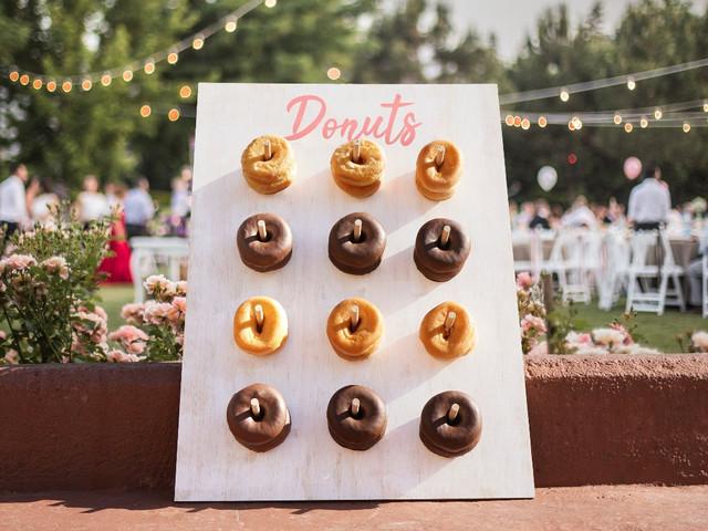 DIY delicioso: saiba como fazer uma parede de donuts para a recepção