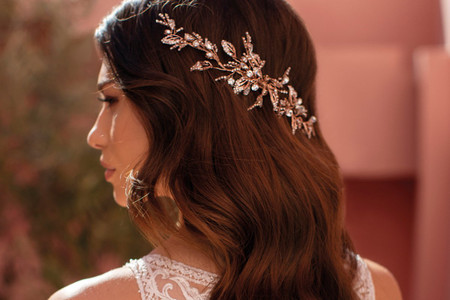 Tiara traseira para noivas: inspiração para um penteado original