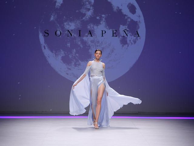Vestidos de festa Sonia Peña: uma temporada 2020 lunar e futurista
