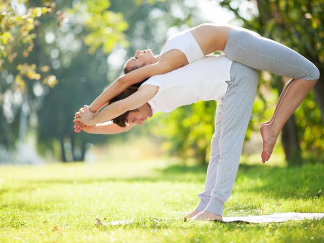 Para controlar o estresse... Pratiquem yoga a dois!