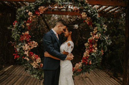 Emoldure o amor (e a cerimônia!) com um arco circular: frescor garantido para o altar