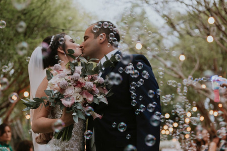 O encanto das bolhas de sabão para a saída dos noivos