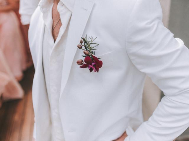 O noivo pode usar branco? Confira algumas dicas para aderir à cor