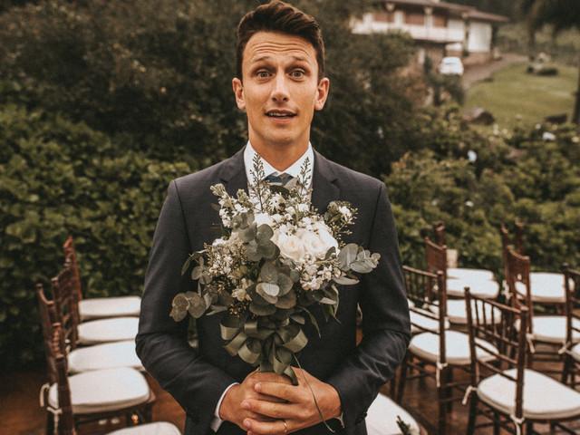 Querem fotos diferentes e divertidas do dia C? Que tal o buquê de flores... com o noivo!?