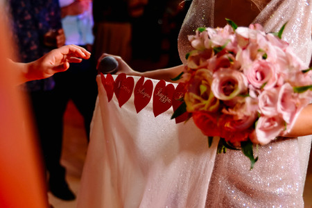 Nome das amigas na barra do vestido: conhece essa tradição?