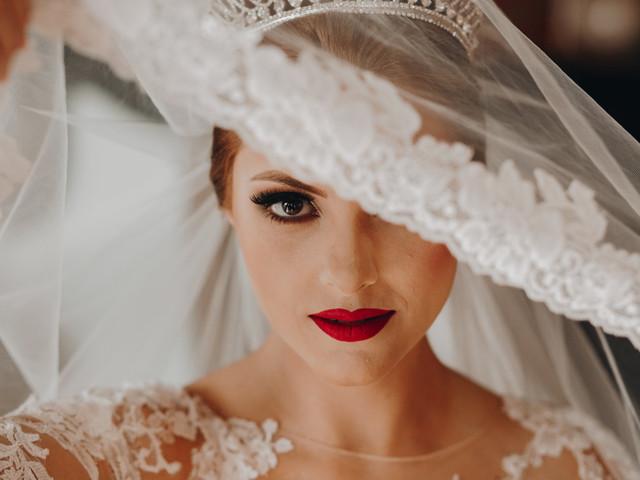 O que seu batom diz sobre o tipo de noiva que você é?