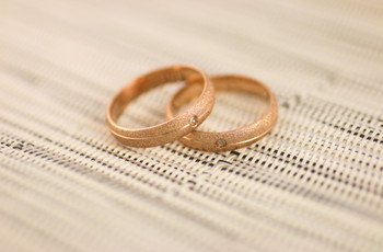 Anéis de noivado rosados: que tal apostar por essa tendência?