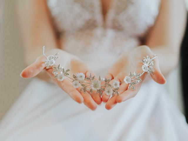 """Sempre sonhou em dizer """"sim"""" usando uma tiara? Veja dicas para arrasar com o acessório!"""