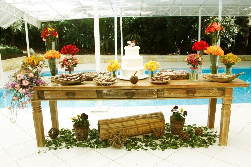 Uma bela mesa rústica