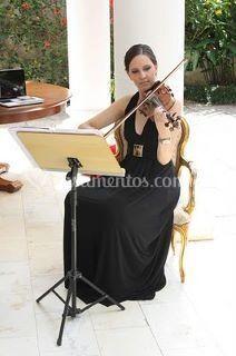 Violinista fazendo recepção do