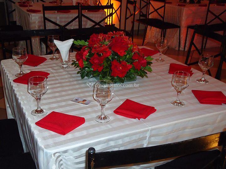 Mesa branca com vermelho