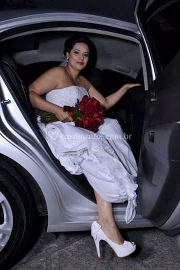 Noiva descendo do carro