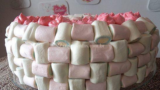 Bolo decorado com marshmallows