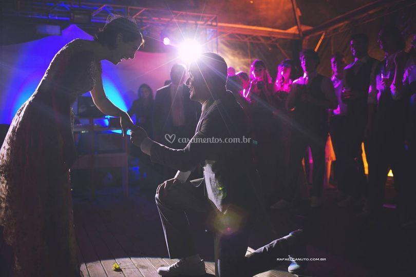 Foco de luz no noivo