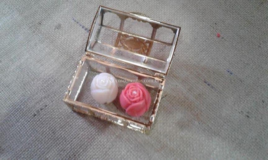Baú transparente com rosa bo