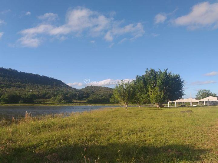 Vista do lago e do salão