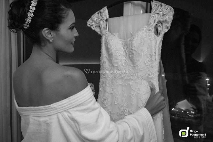 Noiva Admirando o vestido