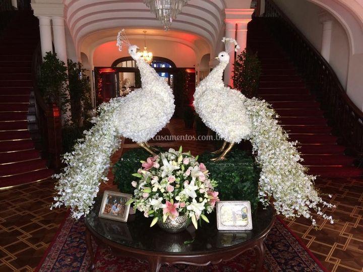 Pavões em flores artificias
