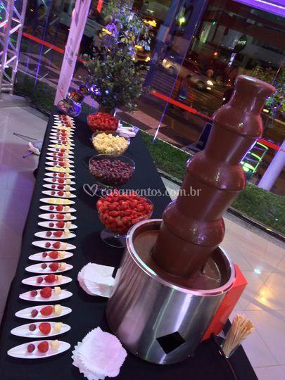 Cascata de chocolate e frutas