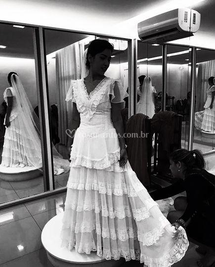 Provando o vestido com noiva