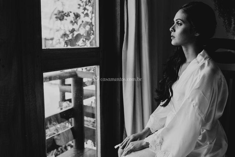 Noiva olhando pela janela