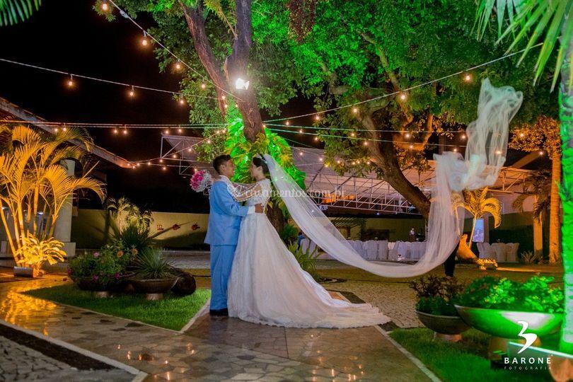 Jardim com noivos