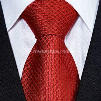 Terno com gravata vermelha