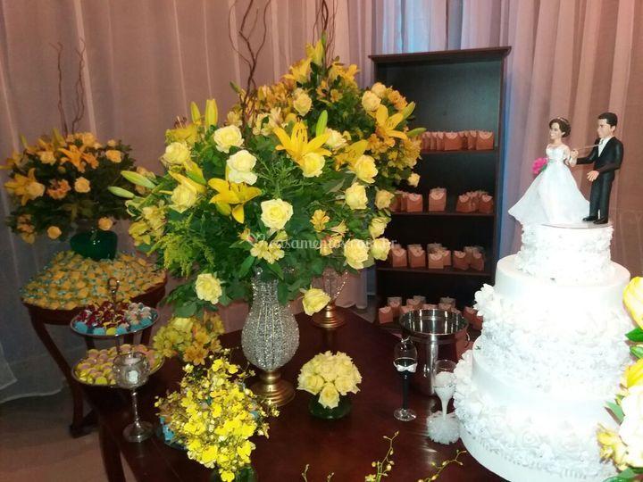 Decoração floral mesa do bolo