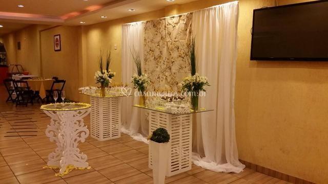 Mesas de apoio e cortinas