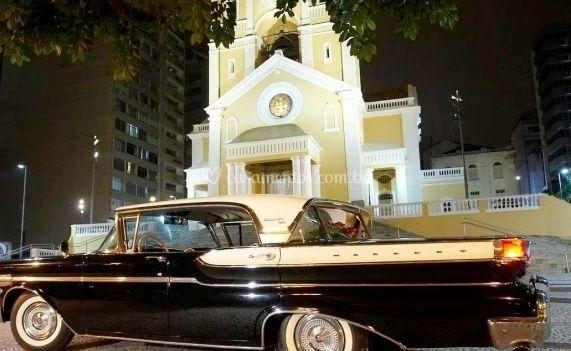 Em frente à Igreja
