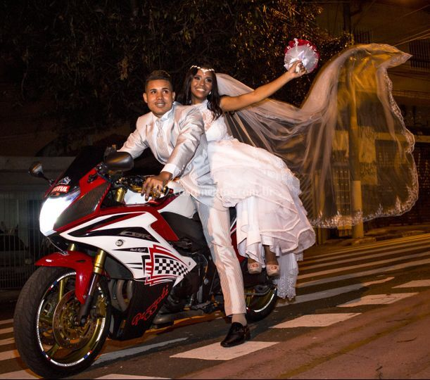 Saída dos noivos em moto