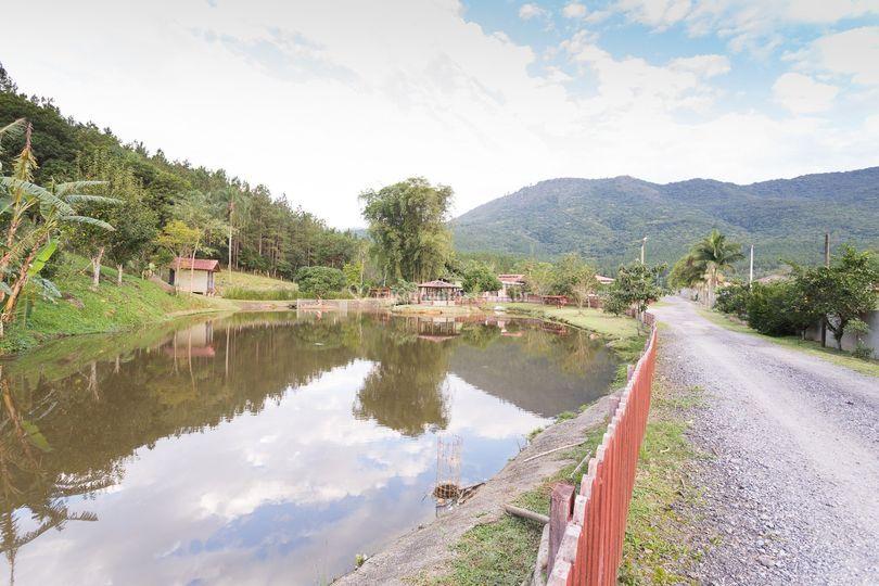 Lago 1 com estrada para salão