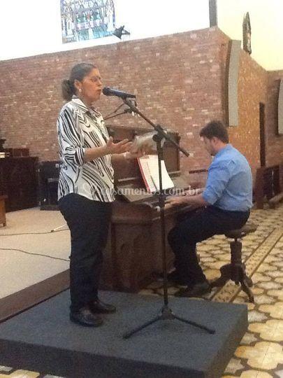 Acompanhando ao piano a Contralto Lourdes Tomazi