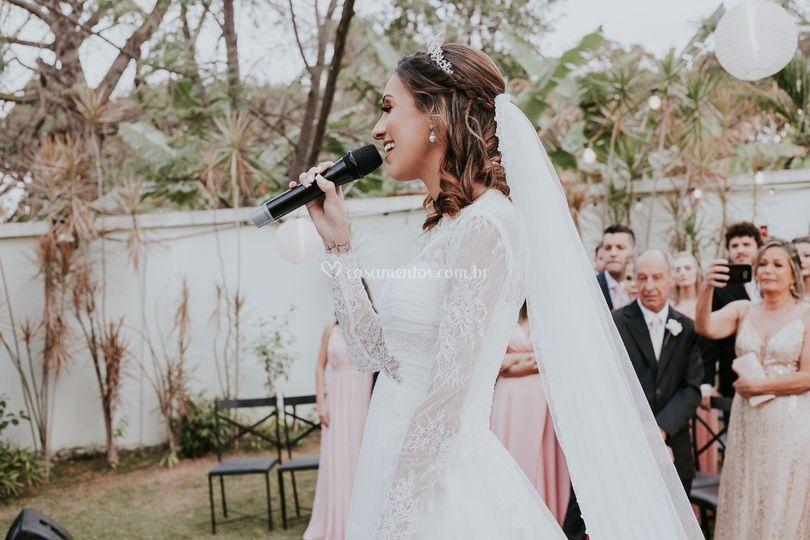 Noiva cantando para noivo