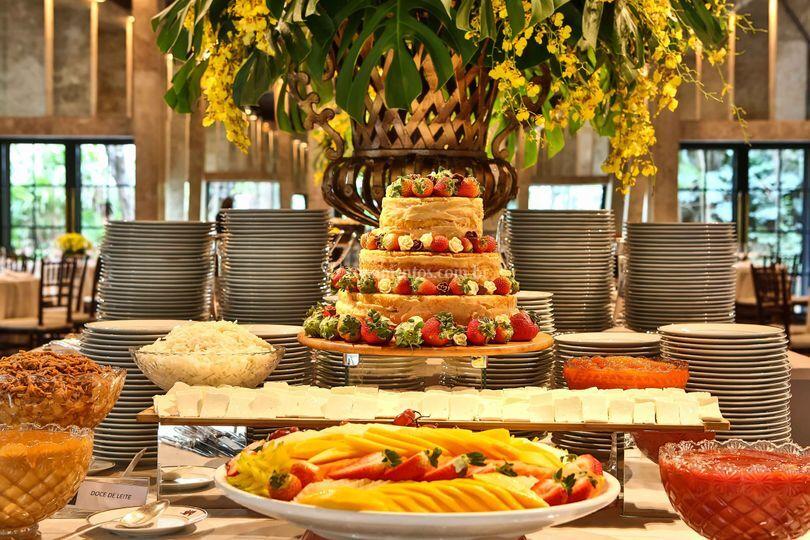 Naked cake com frutas vermelha