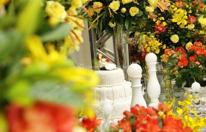 Bolo de casamento entre flores