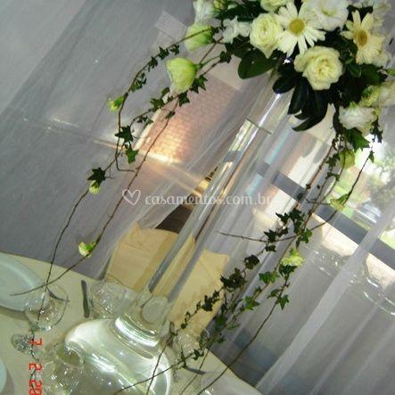 Arranjo de flores brancas para mesas