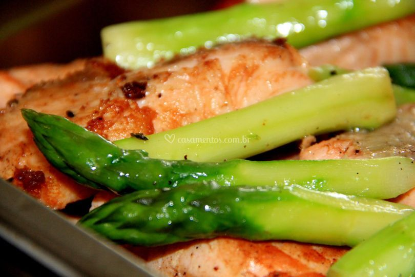 Salmão grelhado com aspargos
