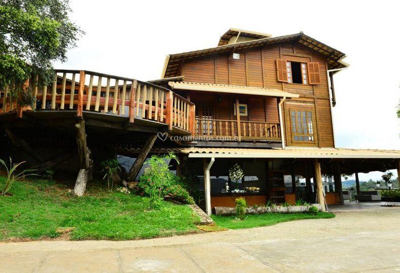 Deque e casa de madeira