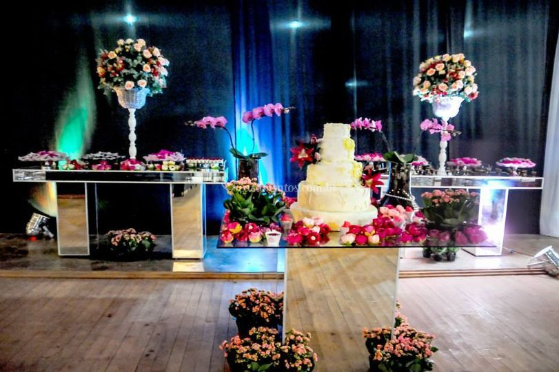Decoração para a mesa do bolo