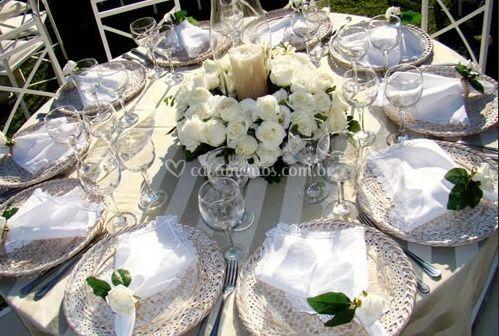 Flores e velas como centro de mesa