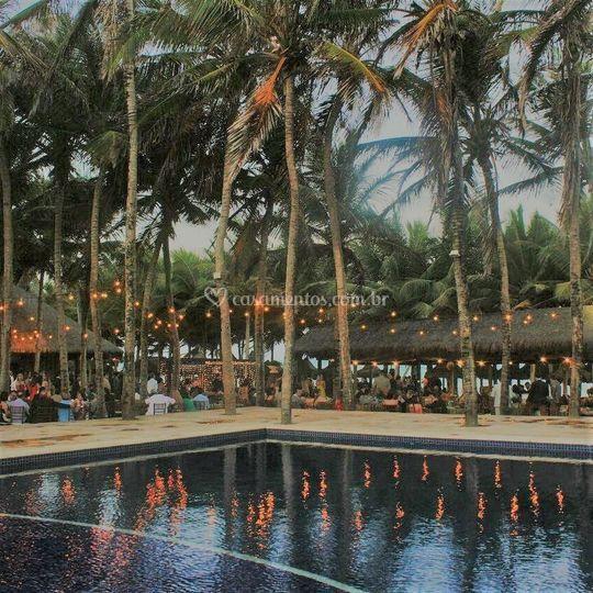 Anoitecer palmeiras e piscina