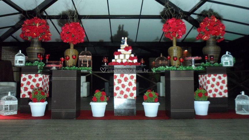 Mesa de bolo marrom e vermelho