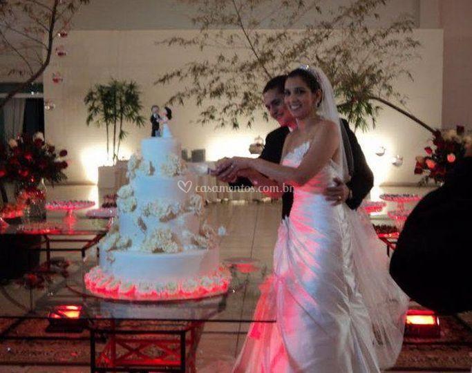 Corte o bolo de casamento