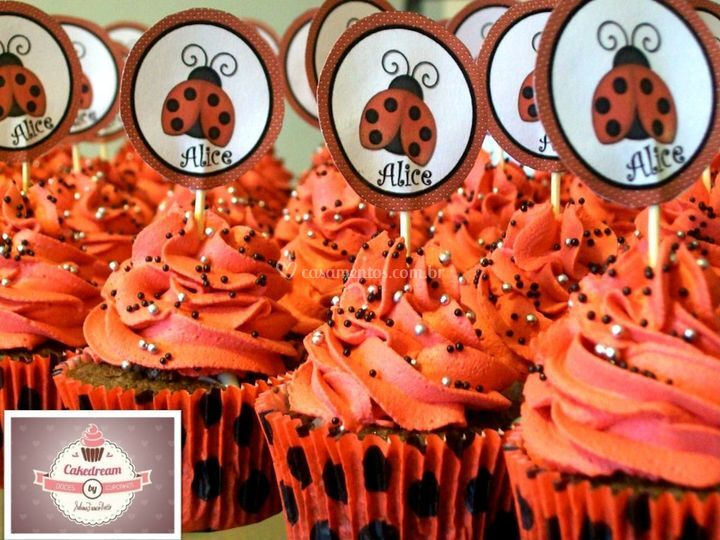 Cupcakes decorados com diferentes recheios