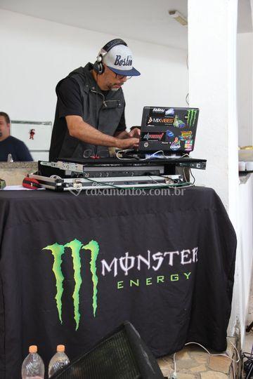 DJ animando a festa