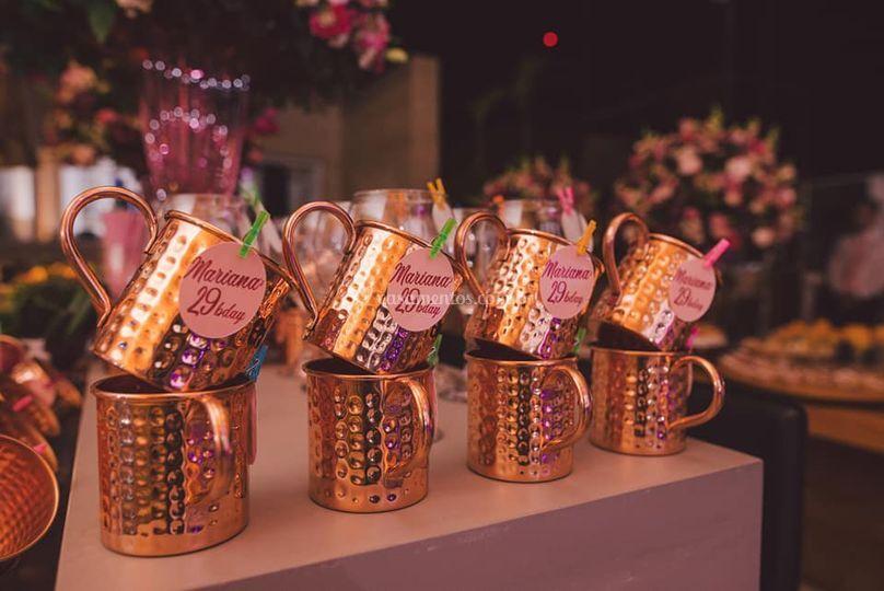 Canecas de cobre para decoração