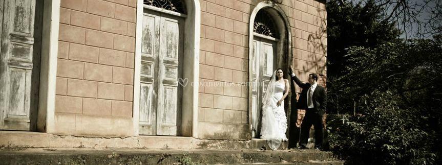 A noiva e o noivo no jardim