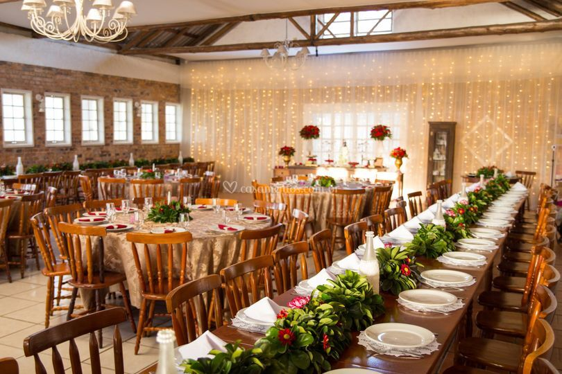 Salao com mesa banquete